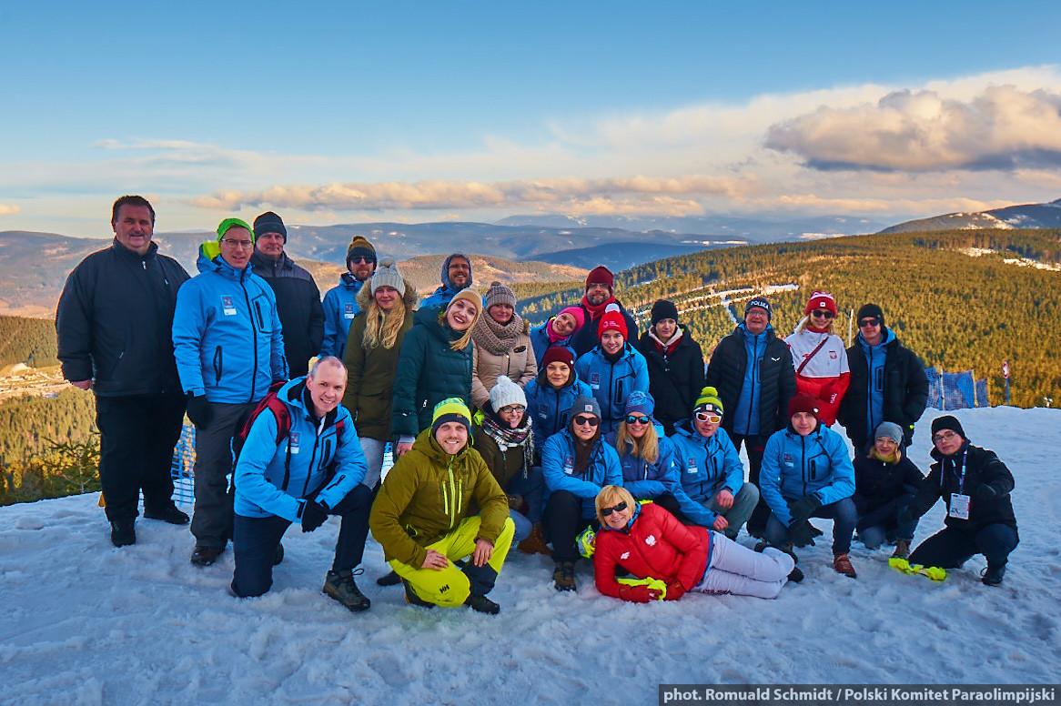 Para Ski i Ekipa Organizacyjna na tle stoku