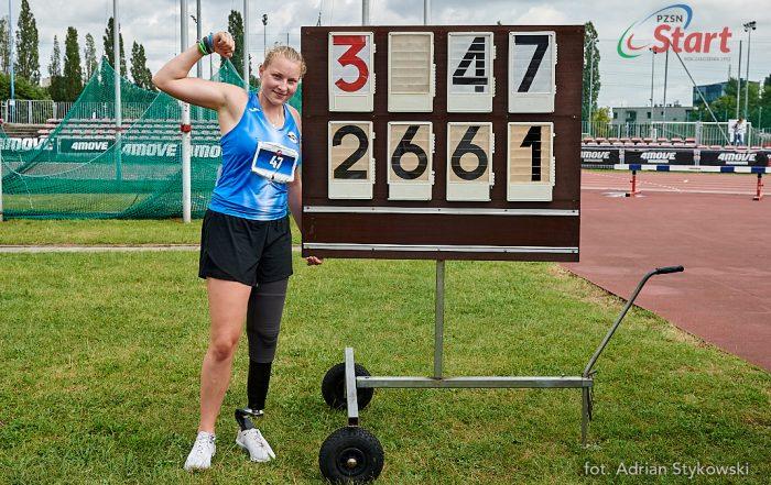 Faustyna Kotłowska pozuje z tablicą z rekordem świata