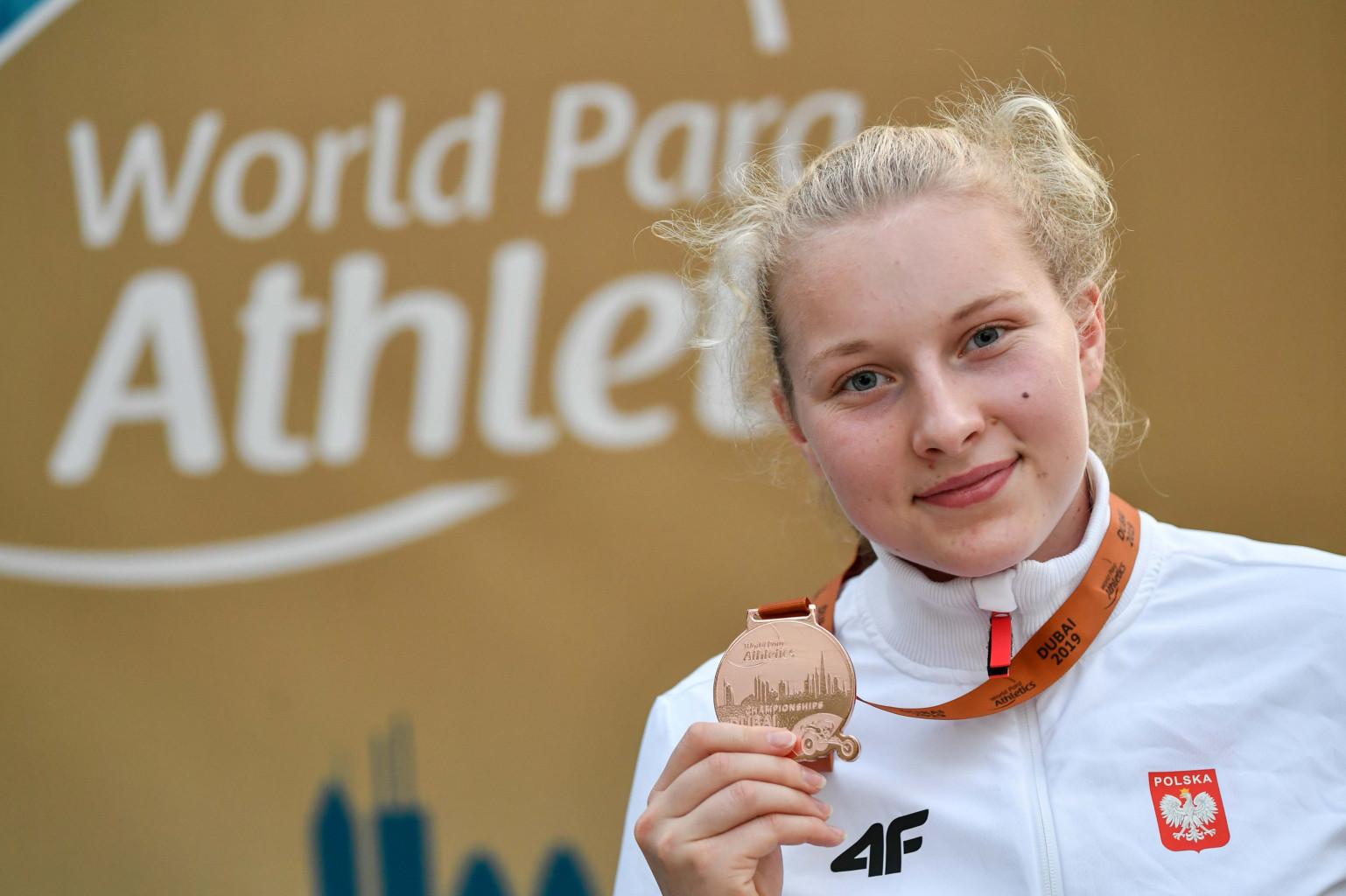 Faustyna Kotłowska pozuje z medalem Mistrzostw Świata